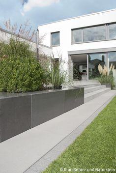 Moderne Terrassenumrandung Und Hangbefestigung Mit Beton Sitzblöcken. Die  Hellgrauen Terrassenplatten Passen Gut Zur Gräserbepflanzung