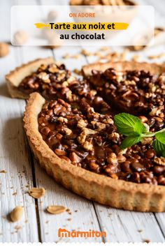 Nut tart / chocolate chips , Surprise your guests with this walnut and chocolate pie! Arabian Food, Chips Recipe, Chocolate Pies, Pavlova, Sweet Recipes, Food Porn, Food And Drink, Favorite Recipes, Sweets