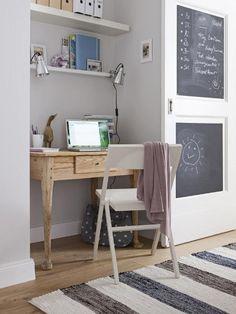 Kleiner Schreibtisch , Klappstuhl und Wandbord - ein durchdachter Arbeitsplatz findet in jeder Flur-Nische Platz.