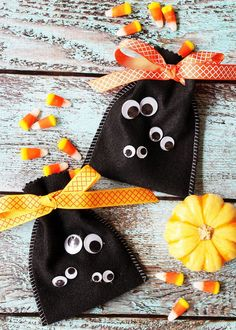 Indulge in the Halloween fuun by maing some DIY Halloween treat bags. Get best DIY Trick or Treat Bags for Halloween Tutorials and ideas below. Dulces Halloween, Bonbon Halloween, Diy Halloween Treats, Halloween Crafts For Kids, Diy Halloween Decorations, Halloween Party, Preschool Halloween, Halloween Sewing, Easy Sewing Projects