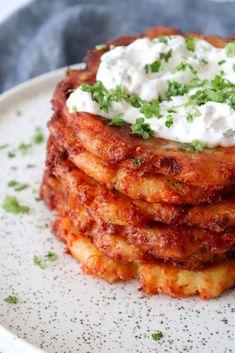 Himmelske sprøde pandekager af kartoffelmos og ost. De smager så godt og vil være lækkert tilbehør til en god bøf. Vi spiser dem dog også alene med en god salat til :-) De er bare så lækre!…