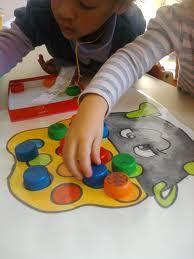 Spel zwarte Piet op de gekleurde bollen getalbeelden plakken + cijfersymbolen op de doppen zodat de oudste kleuters deze kunnen matchen.