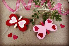 Jednoduchého motýlka zvládnete vyrobit během chvilky z barevného papíru a kolíčků na prádlo. Bude se vám hodit jako ozdoba do valentýnské kytice či na dárek z lásky.