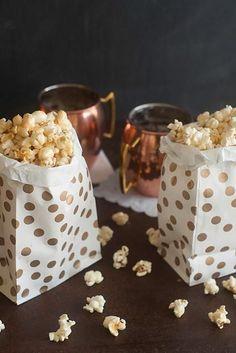 Découvrez comment faire du popcorn maison sans machine, avec un chaudron et un peu d'huile. Essayez nos versions Kettle Corn nostalgique et popcorn au caramel.