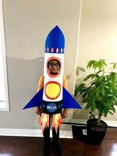 diy costumes Handmade Rocket Ship Costume: This is a quick(made in 3 hours), easy to make, cost effective costume!My kid was not satisfied with any of the costumes which I shown him in re Space Costumes, Robot Costumes, Halloween Costumes For Kids, Pirate Costumes, Rocket Ship Craft, Diy Rocket, Diy Fancy Dress Costumes, Rocket Costume, Cardboard Rocket