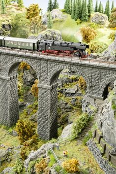 Track Layout Ideas for Your Model Train N Scale Model Trains, Model Train Layouts, Scale Models, Train Ho, Modelista, Ho Trains, Train Tracks, Ravenna, Electric Train