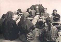 Palilleiras trabajando en una casa en Muxia             foto,M Anderson 1920-1930