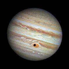 L'ombra di Ganimede, luna di Giove, passa sopra la Grande Macchia Rossa del gigantesco pianeta