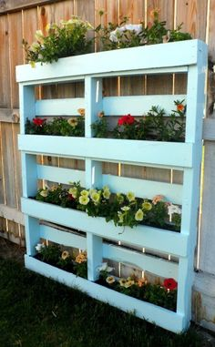 Two DIY Recycled Pallet Planters Two different ways to create a beautiful planter for flowers or herbs out of a recycled wooden pallet. The post Two DIY Recycled Pallet Planters appeared first on Pallet Diy. Wooden Pallet Projects, Wooden Pallet Furniture, Wooden Pallets, Diy Pallet, Diy Projects, Pallet Fence, Pallet Ideas, Wood Pallet Planters, Pallet Wood