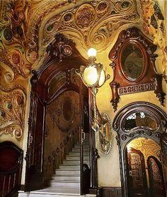 Portal de entrada de la Casa Comalat, por el arquitecto Salvador Valeri Pupurull. Barcelona. Circa 1900.