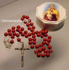 Karmeliitta sisarten ruusun terälehdistä valmistama ruusukko. Tuoksuu tietty ruusulle! www.rukousnauha.com
