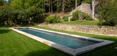 Bassin de nage traditionnel avec margelles en pierre naturelle Pool Spa, Swimming Pools Backyard, Swimming Pool Designs, Landscaping A Slope, Moderne Pools, Luxury Pools, Small Pools, Plunge Pool, In Ground Pools