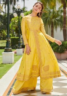 15 Most Gorgeous Ethnic Outfits Alia Bhatt Wore for 'Kalank' Promotions! Wedding Dresses For Girls, Indian Wedding Outfits, Indian Outfits, Girls Dresses, Indian Dresses For Girls, Pakistani Bridal Lehenga, Pakistani Dresses, Sabyasachi, Alia Bhatt Lehenga
