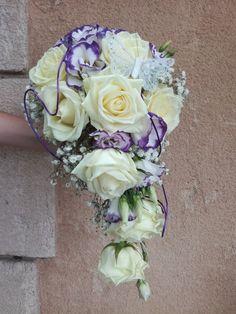 Papillon bouquet chute www.arumanis.fr Bouquet, Floral Wreath, Wreaths, Home Decor, Floral Crown, Decoration Home, Door Wreaths, Room Decor, Bouquet Of Flowers