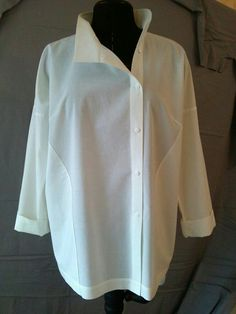 New fashion design shirt blouses ideas Classic White Shirt, Crisp White Shirt, White Shirts, Look Fashion, Trendy Fashion, Fashion Design, Fashion Ideas, Blouse Styles, Blouse Designs
