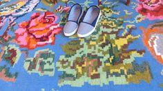tapis boheme, tapis kilim floral, tapis bleu, tapis vintage, tapis salon, tapis moldave, kilim moldave, kilim aux roses, deco salon, deco boheme, deco couleur, deco sejour, amenagement sejour, deco chambre