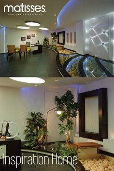El interior de una casa moderna puede tener espacios con diseños únicos, como ésta con escaleras iluminadas y en vidrio.