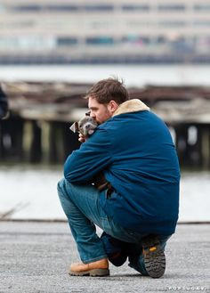 Online Tom Hardy was caught smooching a pit bull puppy on the set of his new movie.OHHH Tom Hardy, I love you even more now! Tom Hardy Photos, Bucky Barnes, Tom Hardy Dog, Tom Hardy The Drop, Tom Love, Sir Anthony Hopkins, Raining Men, Benedict Cumberbatch, Gilmore Girls