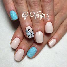 Укороченные ногти, аккуратным образом обработанные и подрезанные полу квадратом, будут выглядеть весьма элегантно, если покрыть их молочно-бежевым лаком. Если хотите