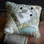 17 Free Wrist Pincushion Patterns: {Sewing}