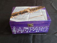 Caja de madera. Clarinete pirograbado, pintada a mano, con dedicatoria en el interior y personalizada.