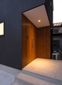 枚方ミッドセンチュリーハウスの外構(玄関扉)1 Modern Japanese Architecture, Interior Architecture, Entrance Lighting, Modern Front Door, Narrow House, Steel House, House Entrance, Dream House Plans, Japanese House