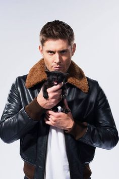 Discovered by Jasmine Stanford. Find images and videos about supernatural, kitten and Jensen Ackles on We Heart It - the app to get lost in what you love. Jensen Ackles, Jared And Jensen, Dean Winchester, Crazy Cat Lady, Crazy Cats, Celebrities With Cats, Celebs, Men With Cats, Supernatural Cast