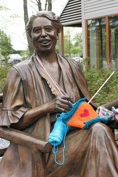 Supplying knitting to the Eleanor Roosevelt statue at the FDR Library and Museum in Hyde ParK.