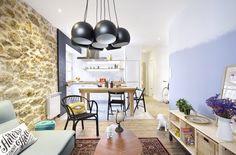 Egue & Sets ont rénové un petit appartement en 2015 avec plusieurs influences à la fois chics et modernes. Pour le séjour avec cuisine ouverte, les architectes ont apporté de la chaleur au salon avec un mur entièrement couvert de pierres de parement couleur sable. Au contraire, le blanc est de m