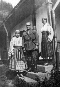 Queen marie Roumania -Joe Boyle with Queen Marie (left) of Romania at Bicaz, Romania in Princess Alexandra, Princess Beatrice, Princess Victoria, Queen Victoria, Michael I Of Romania, Romanian Royal Family, Central And Eastern Europe, Royal House, European History