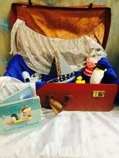 Lost and Found small world in a vintage suitcase. Book, boy, penguin, boat, materials, rubber duck, igloo, gravel and snowflakes. Eyfs Activities, Winter Activities, Infant Activities, Year 1 Classroom, Eyfs Classroom, School Displays, Classroom Displays, Friendship Theme, Oliver Jeffers