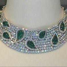 #RepostSave @civetta_rossa with @repostsaveapp · · · @christiesinc. Étourdissante, magnifique, sensationnel, quoi d'autre pour ce collier avec émeraudes et diamants? What else?