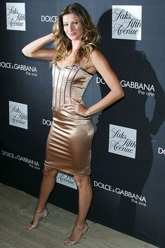 "Gisele Bündchen in strappy sandals at a fragrance launch party for Dolce & Gabbana's ""The One"" at Saks Fifth Ave. in New York on July 16, 2007.  #giselebundchen #redcarpet #dolceandgabbana #celebrity #fashion Gisele Bundchen, Launch Party, Red Carpet Looks, Red Carpet Fashion, Strappy Sandals, Fashion Photo, Fragrance, Bodycon Dress, Victoria Secret"