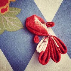 つまみ細工の金魚さん。 夏に向かって す〜いすい。 #つまみ細工 #ハンドメイドアクセサリー #着物や浴衣のアクセントに #ファッション #handmadeaccessory #fashion #goledenfish #kimono Ribbon Art, Diy Ribbon, Ribbon Crafts, Cloth Flowers, Fabric Flowers, Fabric Fish, Kanzashi Tutorial, Japanese Quilts, Kanzashi Flowers