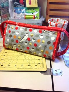 quilary - take a peek over the fence: The Sew Together Bag.and the not so fiddly zipper tabs. Quilt Tutorials, Sewing Tutorials, Sewing Projects, Bag Pattern Free, Pouch Pattern, Sew Together Bag, Sewing Circles, Happy Colors, Pill Boxes