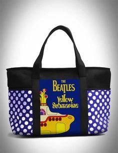 """Bolsa super bacana com estampa dos Beatles (Yellow Submarine). Produzida com lonita preta e de bolas azul, dando um ar super descontraído para a peça. Os Beatles não fizeram só história na música, mas também na moda.  John, George, Paul e Ringo passaram a ditar tendências.  Dúvidas sobre estampas, detalhes de produtos ou mesmo sobre a compra entrem em contato através do botão """"Contatar Vendedor"""". Teremos o maior prazer em ajudar.  Aceitamos encomendas para lojistas.  *Os produtos só serão…"""