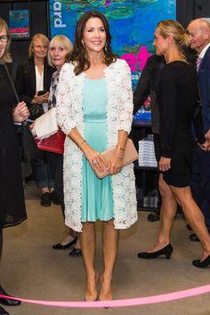 """Princesa Mary de Dinamarca Acto: Apertura de la Exposición """"Monet. Out of Impressionism"""", Copenhague (Dinamarca). Fecha: 23 de agosto de 2016. 'Look': Mary de Dinamarca lució un vestido plisado en azul turquesa, que combinó con una 'maxi' rebeca de croché en 'blanco'. Como complementos, optó por unos salones en 'beige' y cartera de mano al tono."""