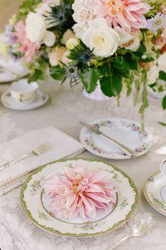 Pink and Green Feminine Place Settings Beautiful Table Settings, Festa Party, Elegant Table, Deco Table, Decoration Table, Place Settings, Wedding Table, Garden Wedding, Ana Rosa