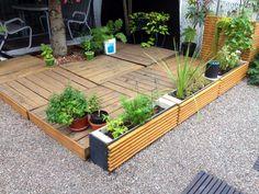 Terrace deck & planters made from recycled pallets wood. Patio & boites à fleurs fait a partir de bois de …
