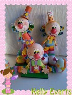 SE TEM UMA COISA QUE GOSTO MAIS DE FAZER DO QUE PALHAÇOS, AINDA NÃO DESCOBRI.   Apoio: Seller, Glitter, Permabond, Condor. Foam Sheet Crafts, Foam Crafts, Diy Crafts, Circus Cakes, Clown Party, Send In The Clowns, Foam Sheets, Ideas Para Fiestas, Sculpture Clay