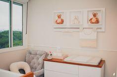 Quartinho de bebê com nichos de ursinhos, poltrona de amamentação cinza, quarto branco e bege. Baby room