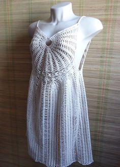 Saída de Praia em crochê, feita com linha Anne da Círculo, 100% algodão, na cor: Areia.  Peça soltinha, ideal para vestir sobre maiôs e biquínis.    Tamanho: Médio