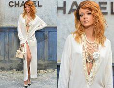 Rihanna também estava na primeira fila do desfile da Chanel! E apareceu mais diva impossível: look com cardigã branco apenas e acessórios, como sapato bicolor, mix de colar de pérolas e bolsinha de mão. Ousada!