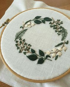 hand embroidery stitches tutorial step by step Learn Embroidery, Modern Embroidery, Embroidery Hoop Art, Crewel Embroidery, Embroidery Letters, Hand Embroidery Tutorial, Hand Embroidery Stitches, Hand Embroidery Designs, Broderie Simple