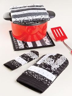 black and white striped kitchen set - oven mitts and potholders