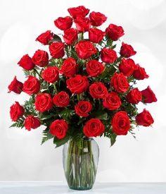Por años las rosas han sido símbolo de amor. Regala este precioso arreglo de tres docenas de rosas con base de cristal y expresa tu amor.