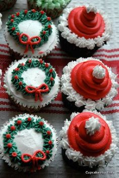 Adorable looking Christmas cupcakes. The cupcakes are decorated with wreaths and Santa hats as designs making it look perfect for just about any Christmas parties out there.
