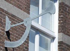 Uithangborden aan de Haagdijk verbeelden de middeleeuwse namen van de Bredase winkelpanden: de Trompet