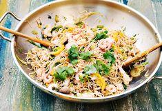 Przepis na chow mein z krewetkami, kurczakiem i pak choi i...Chow mein do łatwe danie w przygotowaniu, dużo warzyw, krewetki, kurczak,soja, ocet ryżowy