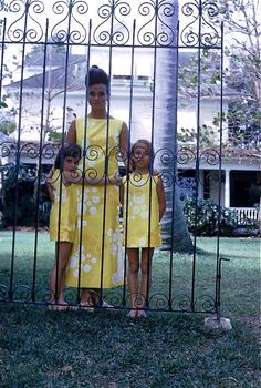 1963 - Lilly Pulitzer with her daughters.  (© Howell Conant)
